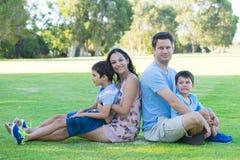 室外愉快的年轻人种间的家庭 免版税图库摄影