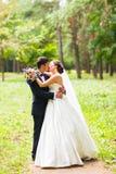 室外愉快的结婚的年轻的夫妇画象  免版税库存图片