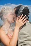 室外新娘的新郎 免版税图库摄影