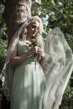 室外新娘的野花画象有面纱的和花束  免版税库存图片