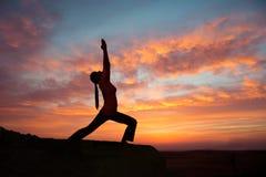 室外日出瑜伽女孩 免版税库存图片