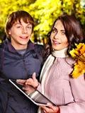 室外日期的秋天的夫妇。 免版税库存图片