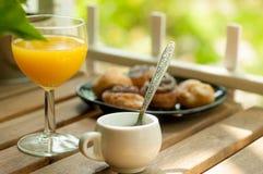 室外早餐用橙汁,浓咖啡andbakery物品 免版税库存图片