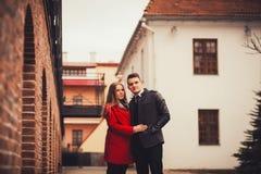室外有吸引力的年轻的夫妇 库存照片