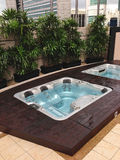 室外极可意浴缸在城市 免版税库存图片