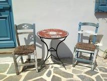 室外桌和椅子在纳克索斯,希腊海岛上在夏天 库存图片