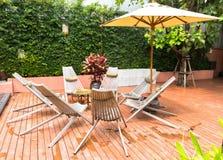 室外椅子和桌 免版税库存照片