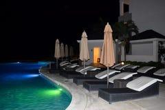 室外水池在一种热带手段的晚上 免版税库存图片