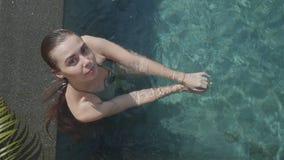 室外水池的年轻俏丽的妇女 免版税库存照片