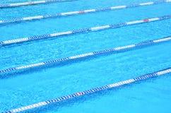 室外池游泳 免版税库存照片
