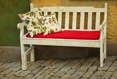 室外浪漫的长沙发 库存图片
