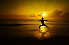 室外海滩瑜伽剪影 免版税库存图片