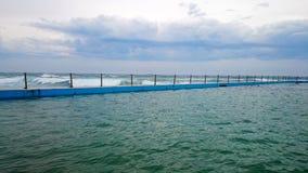 室外游泳池和海洋@卷毛卷毛海滩, NSW澳大利亚 库存照片