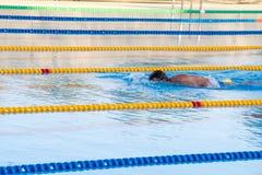 室外游泳池的游泳者在Kranevo,保加利亚村庄  免版税库存照片