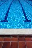 室外游泳池车道和瓦片 免版税库存照片