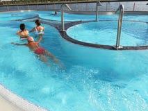 室外热量的水池的人们 图库摄影