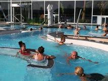 室外热量的水池的人们 库存图片