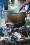 室外烹调在一个碗在灼烧的火的不锈钢 免版税库存照片