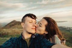 室外爱恋的夫妇自画象  免版税库存图片