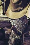 室外牛仔的枪和的帽子 库存照片