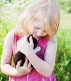 室外猫的女孩 免版税库存图片