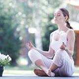 室外瑜伽的妇女 库存照片