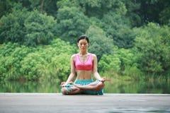 室外瑜伽 免版税库存照片