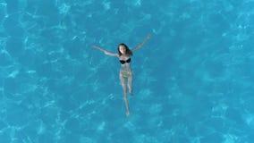 室外生活方式,在女孩的鸟瞰图水池的用透明的水暑假 股票视频