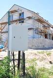 室外电力的米 安置瓦特时在被动房子墙壁绝缘材料,修理的电表测量,涂灰泥 库存图片