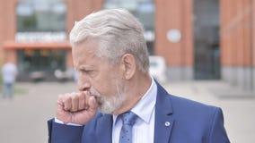 室外画象病态老商人咳嗽 股票录像
