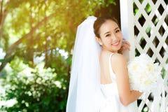 室外的亚裔妇女新娘在一个早晨 库存图片