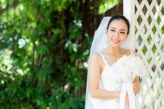 室外的亚裔妇女新娘在一个早晨 库存照片