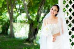 室外的亚裔新娘在一个早晨 库存照片