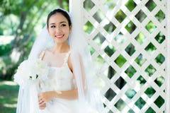 室外的亚裔新娘在一个早晨 免版税库存照片