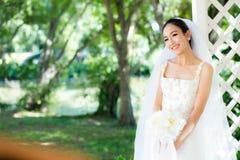 室外的亚裔新娘在一个早晨 库存图片