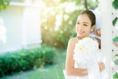 室外的亚裔新娘在一个早晨 免版税库存图片