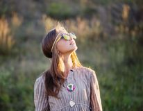 室外的太阳镜的青少年的女孩 库存图片