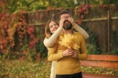 室外的女孩和的人秋天愉快的夫妇  爱关系和浪漫史 在爱的夫妇在秋天公园 Autumn.Nature季节 库存图片