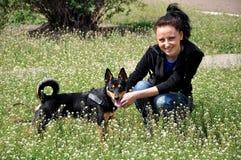 室外的妇女和的狗 免版税库存图片