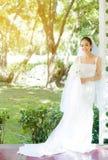 室外的妇女新娘在一个早晨 免版税库存照片