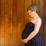 室外的孕妇 免版税库存照片