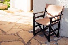 室外的家具 椅子在旅馆庭院邀请您放松 免版税库存图片
