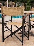 室外的家具 躺椅在旅馆庭院邀请您放松 免版税库存图片