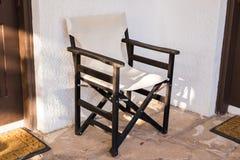 室外的家具 躺椅在旅馆庭院邀请您放松 库存照片
