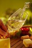 室外的杯白葡萄酒 免版税图库摄影