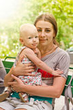 室外的母亲和的婴孩 免版税库存照片