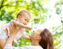 室外的母亲和的婴孩 库存图片