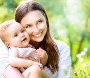 室外的母亲和的婴孩 库存照片