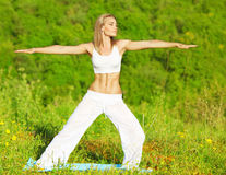 室外的瑜伽 免版税库存图片