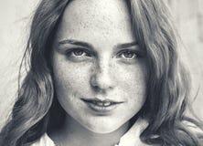 室外的秀丽 微笑的年轻和愉快的妇女画象有雀斑的 黑色白色 库存图片